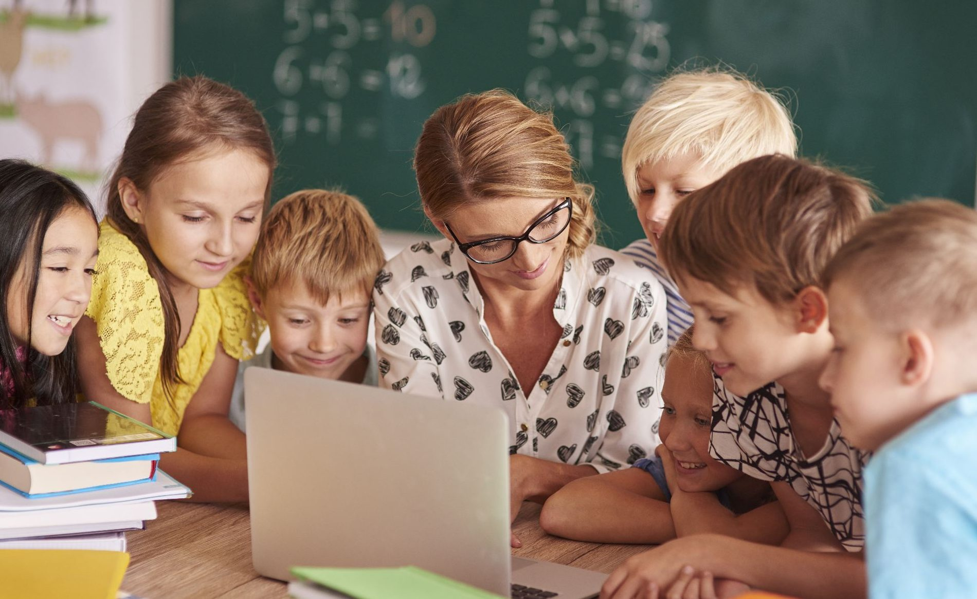 Teacher and students looking at computer screen   Bloggin course   Edublogs